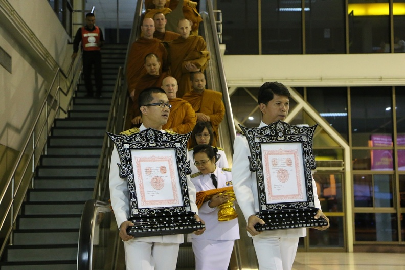 Dec. 6th evening - Jao Khun Phra Bodhinyanavidesa (Luang Por Pasanno) receives a royal welcome at the Ubon airport