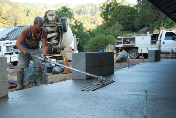 Smoothing wet concrete surface
