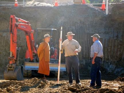 073d) LP Pasanno talking to contractors