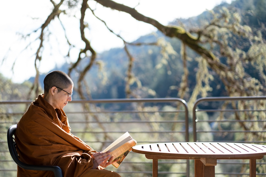 Tan Guṇavīro finds a quiet place to read