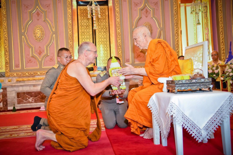 Luang Por paying respects to the current Supreme Patriarch of Thailand, Somdet Phra MahaMuniwong