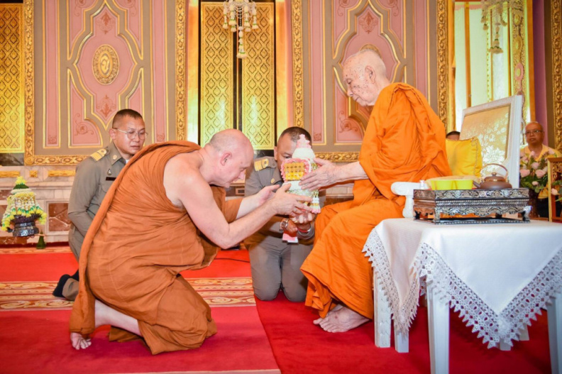 Ajahn Jayasaro paying respects to the Supreme Patriarch