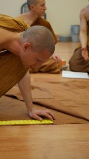 Sāmaṇera Jotimanto getting precise measurements
